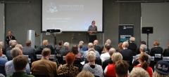 Undervisningsminister konkurrerede  i virtuel svejsning til åbning af videnscenter