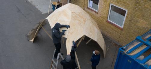 Se dronevideo fra snedkerelevernes byggeproces