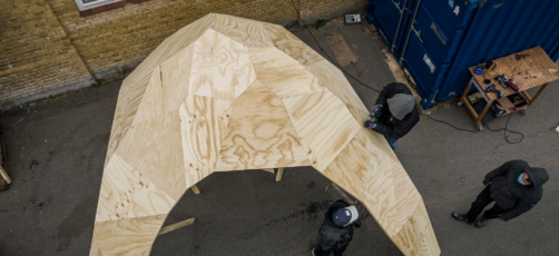 Bygningssnedkerelever samler CNC-fræset kæmpekuppel